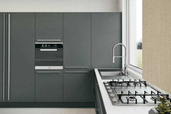 cucina grigio e legno